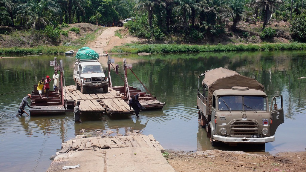 Seos Afrika splav čez reko v Afriki